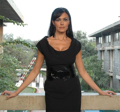 Bond Girl Maria Grazia 4