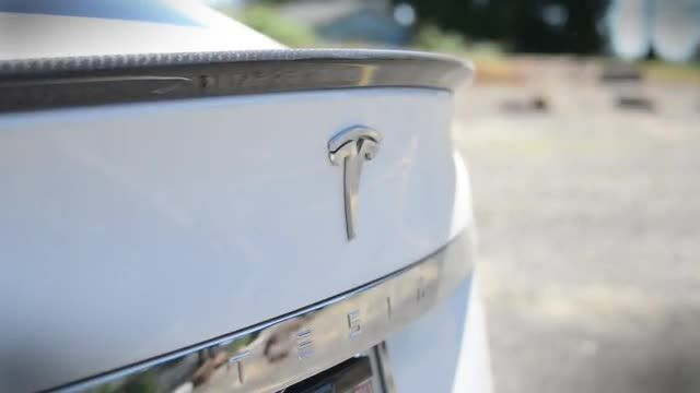 Tesla_Model_S_and_Ford_Model_T.jpg