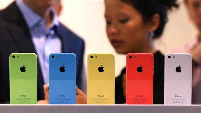 Walt_Mossberg_Reports_on_Two_New_iPhones_and_IOS7.jpg